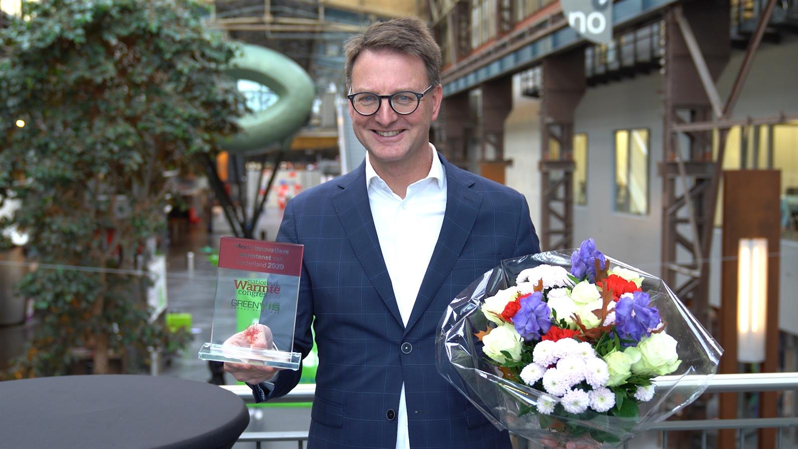 Wethouder Claudio Bruggink met de prijs
